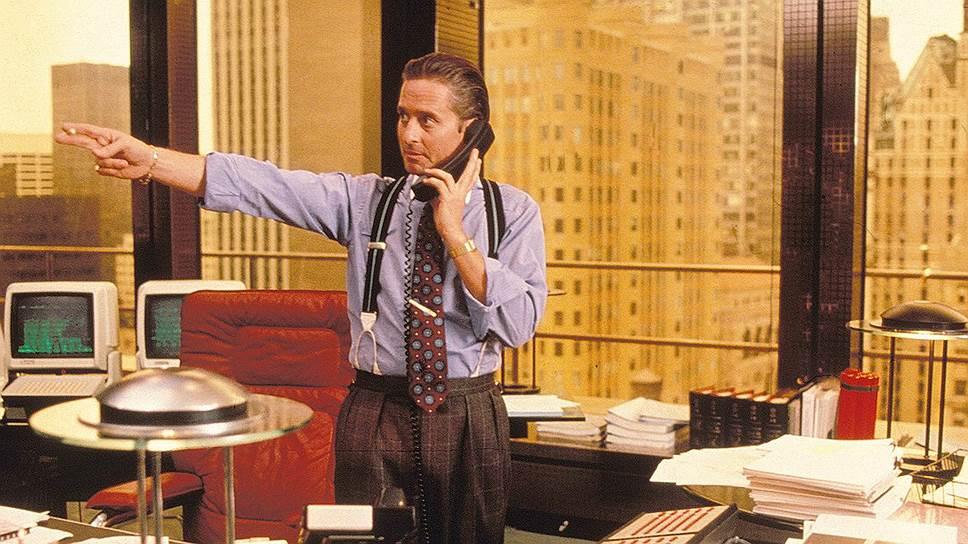 «Оскара» Дугласу принесла роль Гордона Гекко — злого финансового гения с Уолл-стрит (на фото) в одноименном фильме Оливера Стоуна. Картина вызвала оживленные дискуссии в обществе и финансовых кругах. Новички останавливали Майкла Дугласа на улице и признавались, что лишь из-за его роли пошли работать биржевыми маклерами