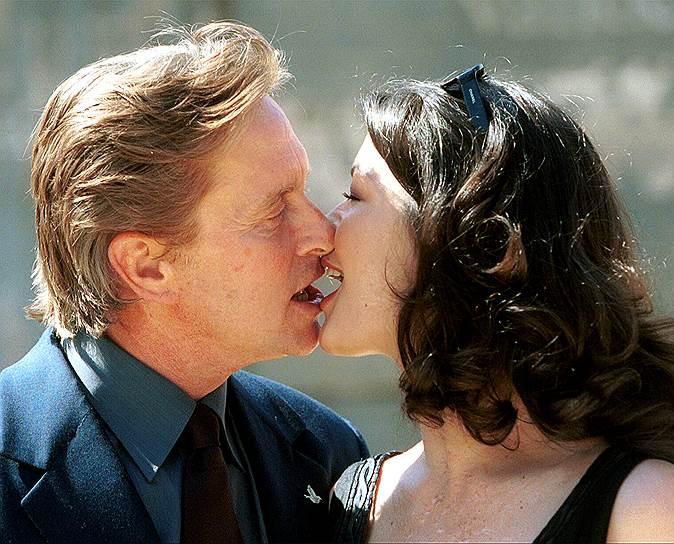 В августе 1998 года на кинофестивале в Довилле Майкл Дуглас познакомился с Кэтрин Зетой-Джонс. После этого началось стремительное превращение малоизвестной актрисы в суперзвезду. Брак 57-летнего голливудского ловеласа-суперзвезды и 32-летней актрисы из Уэльса стал главным светским событием 2000 года. Не секрет и то, что перед свадьбой Дуглас сделал круговую подтяжку лица
