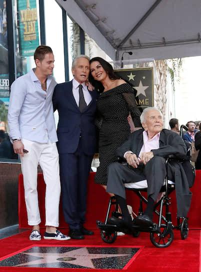 """«В какой-то момент, когда ты становишься старше, ты вдруг понимаешь: """"Так, а ведь, похоже, я уже просто старый бздун"""". И тут же ты поправляешь себя: """"Что ж, надеюсь, это будет забавно""""» <br>Фото с открытия звезды актера на Аллее славы, слева направо: сын актера Кэмерон Дуглас, Майкл Дуглас, его жена Кэтрин Зета-Джонс и отец Кирк Дуглас, скончавшийся позже 5 февраля 2020 года"""