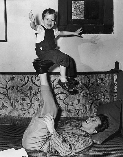 Майкл Дуглас родился 25 сентября 1944 года в Нью-Джерси в семье знаменитого актера Кирка Дугласа (на фото снизу) и актрисы Дианы Дуглас Дэррид. Настоящее имя Кирка Дугласа — Иссур Данилович Демский. Он родился в семье эмигрантов из России, его отец Хэрри Данилович был старьевщиком. Всего у Кирка Дугласа было четверо сыновей, знаменитым из которых стал только Майкл