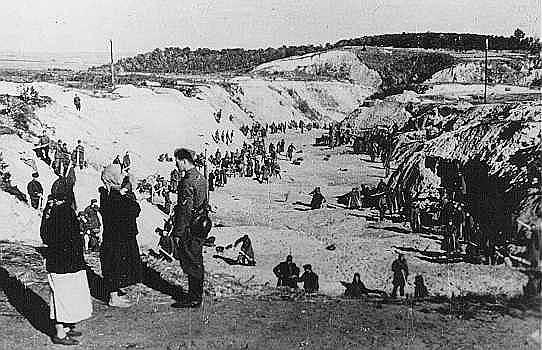 Массовое уничтожение евреев в Киеве началось за три дня до первого расстрела. 24 сентября на Крещатике были подорваны два дома, где размещалась администрация оккупационных сил. Взрывы продолжались и в последующие дни: более 940 зданий были разрушены, центр города охватил пожар. В донесении немецкому командованию о поджогах было сказано, что в них «участвовали евреи». Генерал Эберхард приказал «в качестве возмездия... уничтожить всех евреев Киева»