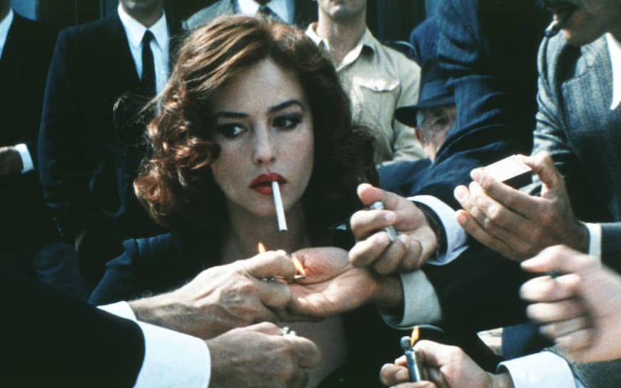 В 2000 году Моника Беллуччи блеснула ролью провинциальной итальянской красотки в фильме режиссера Джузеппе Торнаторе «Малена» (кадр на фото). Действие картины происходит во время и сразу после Второй мировой войны — в эпоху расцвета неореализма. Беллуччи удалось создать впечатляющий образ раскованной чувственной красоты, гонимой завистниками и лицемерами
