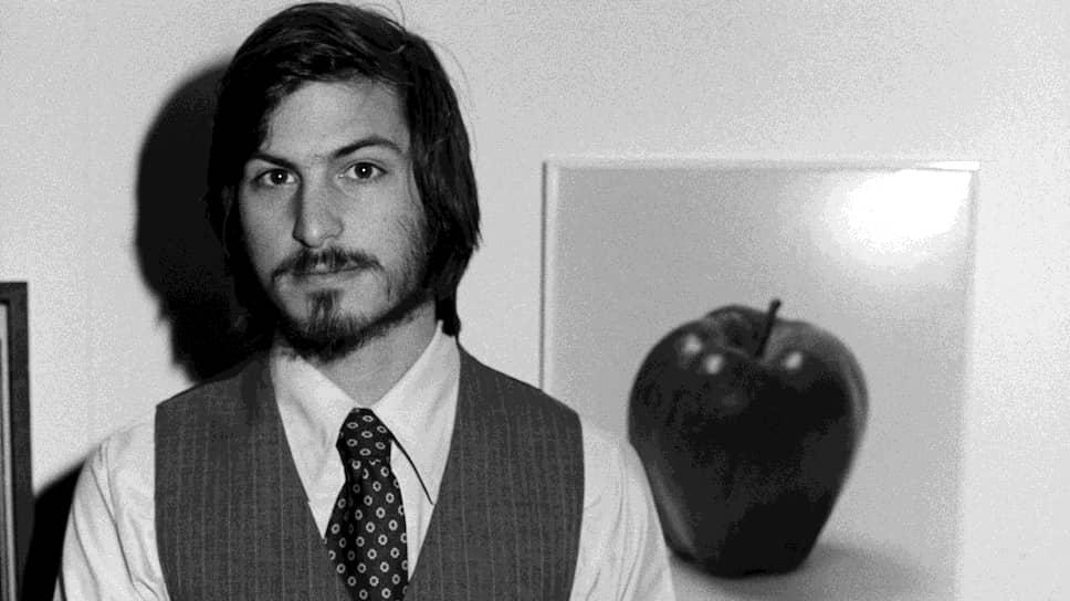 Стив Джобс родился 24 февраля 1955 года в Сан-Франциско в семье сирийца и американки, которые вскоре отказались от ребенка. Младенца усыновили Пол и Клара Джобс. Окончив школу, Стивен Джобс поступил в колледж Портленда (Орегон), но был отчислен после первого семестра. В 1974 году он  увлекся новыми технологиями и в компьютерном клубе города Купертино познакомился со своим будущим партнером по бизнесу Стивеном Возняком. Через два года они создали компанию Apple