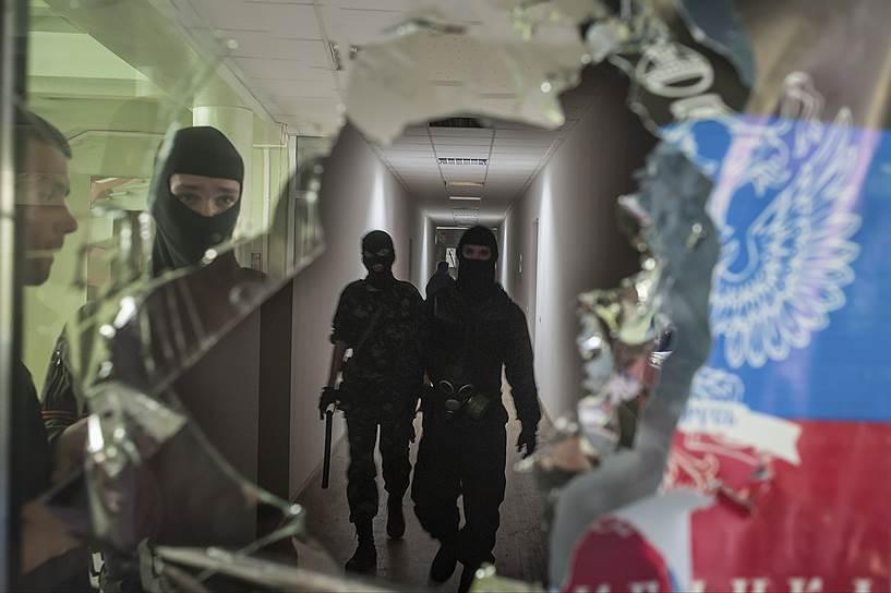 В Мариуполе силы самообороны попытались захватить часть внутренних войск. 3 человека погибли, как минимум 13 были ранены