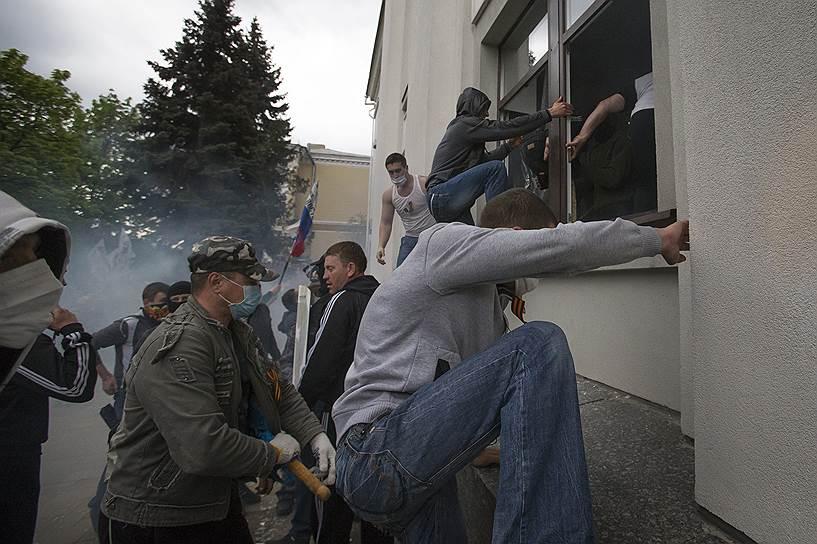 29 апреля 2014 года. Ополценцы захватили здание городской администрации Луганска