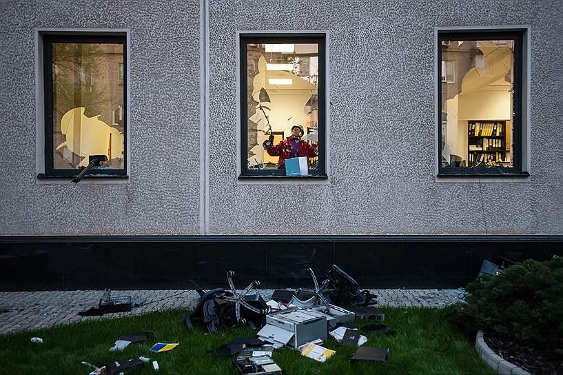 3 мая 2014 года. В память о погибших в Одессе ополченцы разгромили здание Индустриального Союза Донбасса