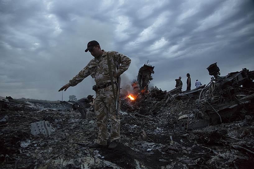 17 июля 2014 года. На востоке Украины произошло крушение малайзийского пассажирского Boeing 777, летевшего по маршруту Амстердам—Куала-Лумпур. На борту лайнера находились 298 человек. Ни один из них не выжил. Для расследования причин крушения самолета была создана международная экспертная группа во главе с Голландией. По предварительным результатам исследования, самолет, «вероятнее всего, был сбит с земли»