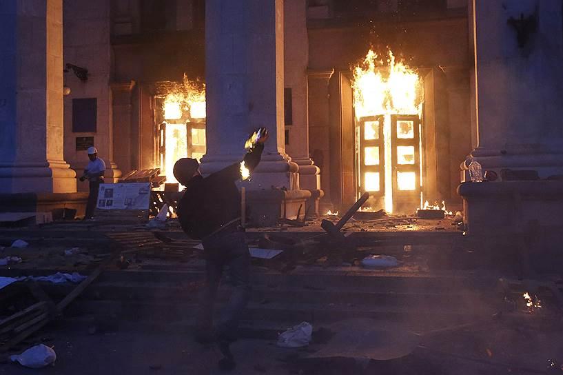 В результате пожара в заблокированном горящем Доме профсоюзов на Куликовом поле погибли 47 человек, более 200 пострадали