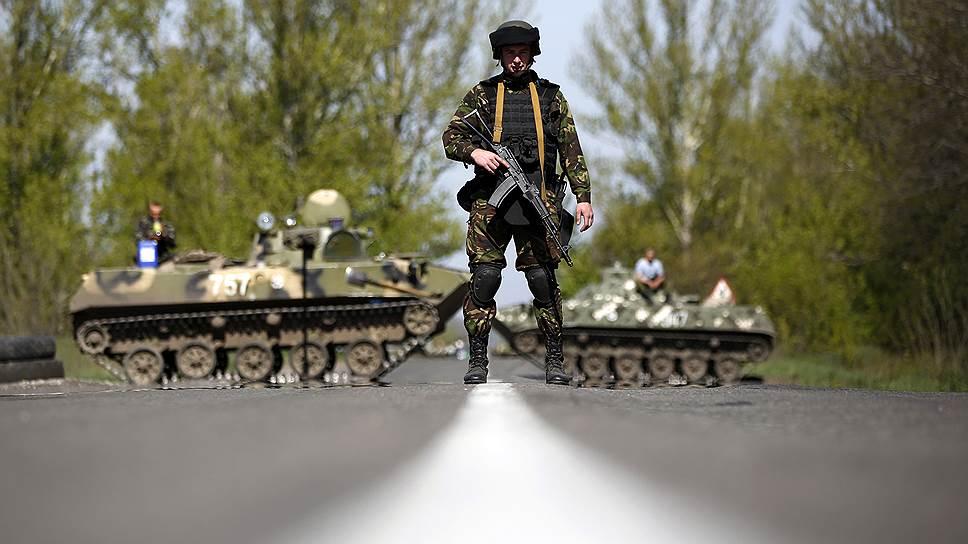 27 апреля 2014 года. Украинский солдат охраняет блокпост около деревни Малиновка, недалеко от Славянска
