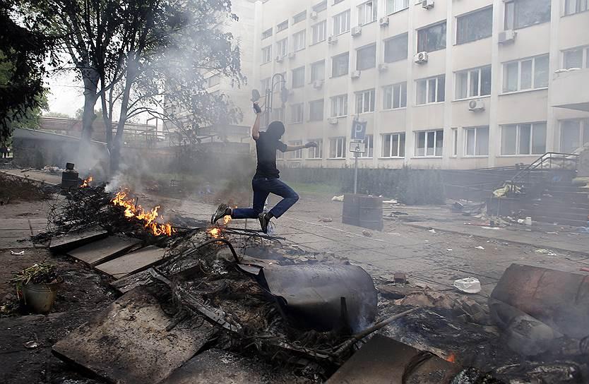 9 мая 2014 года. В рамках спецоперации в Мариуполе уничтожено здание горуправления. 9 человек погибли, 42 получили ранения