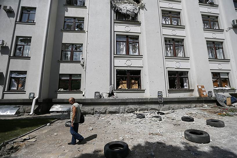 2 июня 2014 года. По зданию Луганской обладминистрации был совершен авиаудар. Погибли 5 человек. Бои в городе продолжились