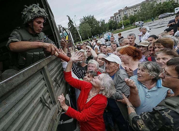 Ко 2 августа 2014 года в Луганск перестали поставляться продукты питания. В городе было отключено электроснабжение и не работала связь