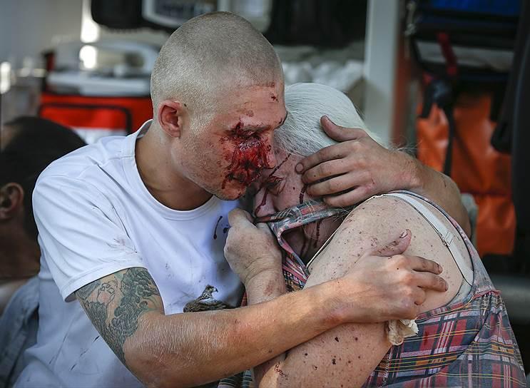 Местные жители, раненые во время обстрела Донецка