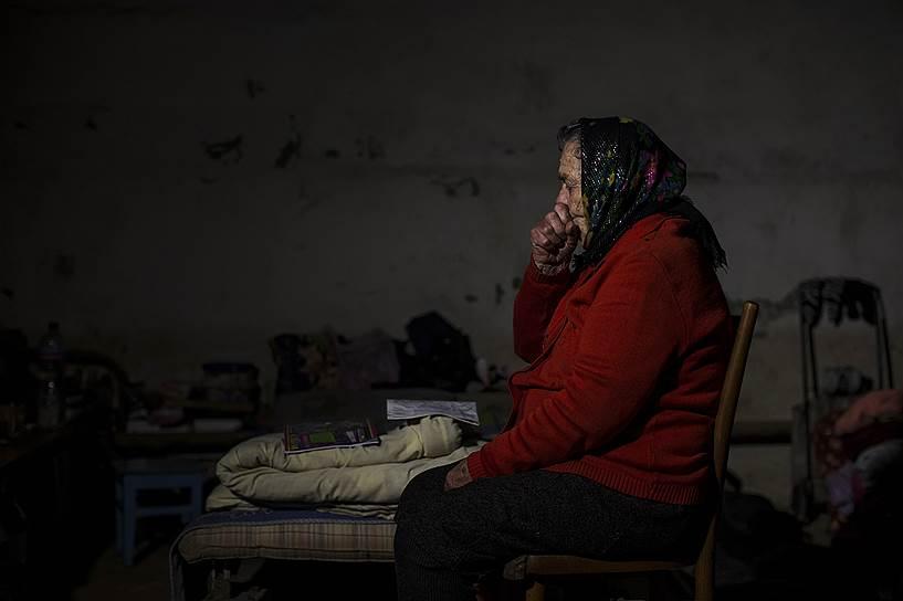 Женщина в укрытии в городе Ясиноватая Донецкой области