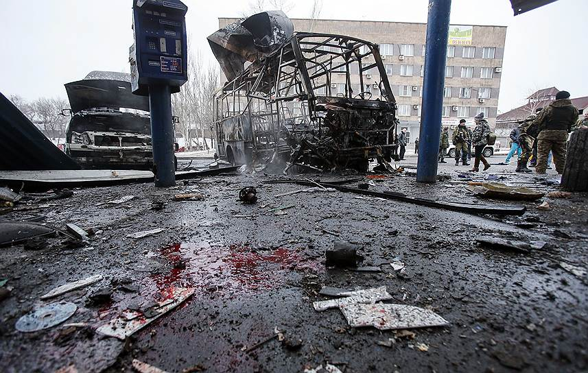 11 февраля 2015 года. По крайней мере один человек погиб, когда снаряд попал в автобусную остановку в Донецке