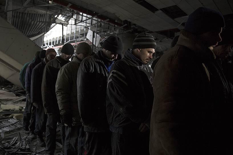 26 февраля 2015 года. Украинских военных готовят к обмену в аэропорту Донецка