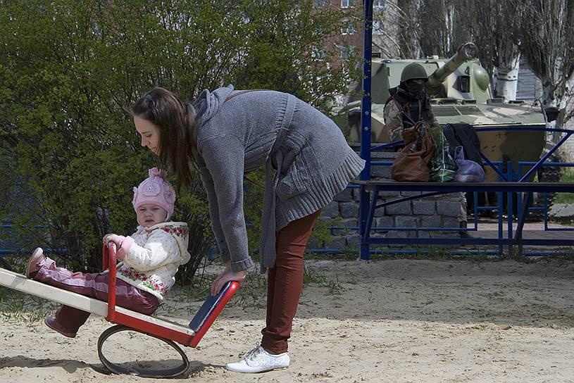 16 апреля 2014 года. Представители «Народного ополчения Донбасса» на одной из улиц Славянска