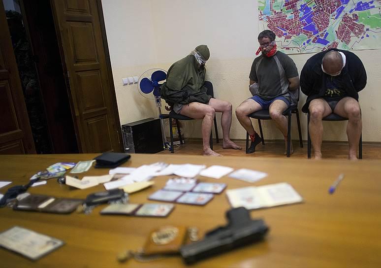 27 апреля 2014 года. Ополченцы захватили здание городского совета Константиновки Донецкой области и троих офицеров спецназа Службы безопасности Украины (СБУ)