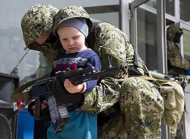 Ополченцы у захваченного здания городского совета Константиновки Донецкой области