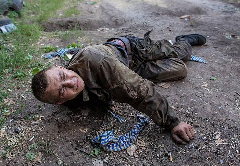 В конце июля на востоке Украины пропал фотокорреспондент МИА «Россия Сегодня» Андрей Стенин. Последним, кто видел его, был раненый украинский военный, взятый в плен в ходе боя за город Шахтерск (на фото)
