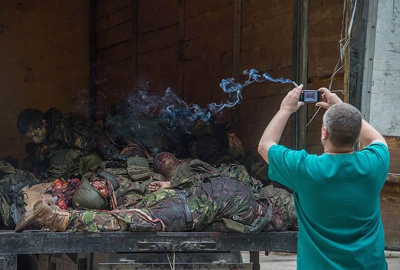 Тела погибших ополченцев батальона «Восток» у морга Калининской больницы Донецка