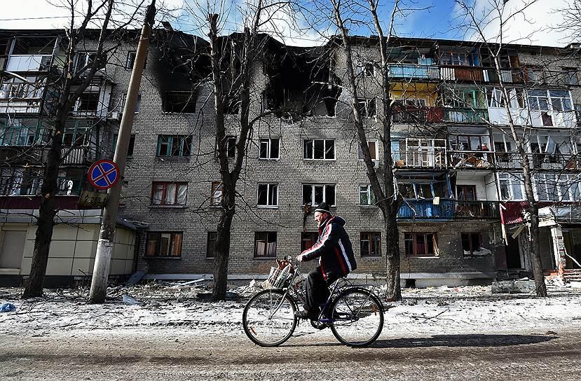 Мирные жители на улицах города после отвода тяжелых вооружений в Дебальцево