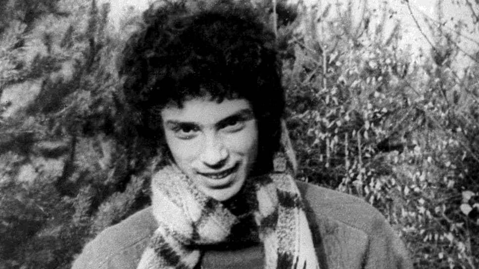 Борис Немцов родился 9 октября 1959 в Сочи. Отец, строитель по профессии, редко появлялся в доме и ушел из семьи, когда сыну было пять лет. Двух детей (дочь Юлию и сына Бориса) воспитывала мать. В Горький Немцовы переехали в 1967 году. Мать работала детским врачом в поликлинике. Борис Немцов так говорил о ней: «Я многим в жизни обязан маме. В политику меня тоже втянула мама, хотя сейчас уже сама этому не рада. Она, например, очень пугается, когда меня Ельцин ругает»