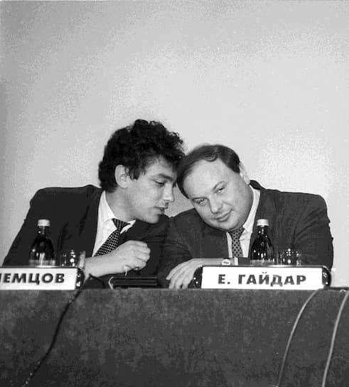 17 марта 1997 года Немцов принял предложение Ельцина стать первым вице-премьером федерального правительства. Часть избирателей восприняли отъезд Немцова как предательство: губернатор до последнего клялся, что останется в Нижнем. Преемника он не вырастил — местные политики годами оставались в тени немцовской славы<br>На фото с Егором Гайдаром