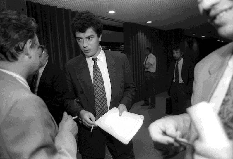 Администрация Немцова начала с того, что форсировала «малую приватизацию», выставив на торги продуктовые магазины, и на аукционы в некогда закрытый город хлынули иностранные журналисты. Чтобы подвести под реформы научную базу, Немцов пригласил группу экономистов во главе с Григорием Явлинским. Летом 1992 года они взялись писать программу «Нижегородский пролог». Ее ключевыми моментами стали упрощение регистрации малых предприятий и защита сбережений населения от инфляции. Гознак даже отпечатал «нижегородские деньги» — «немцовки», которыми в регионе предполагалось выдавать зарплату. Правда, в итоге они стали облигациями