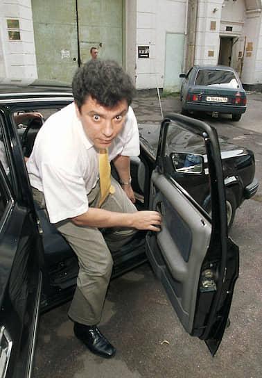 Свою деятельность в правительстве Борис Немцов начал с попытки пересадить чиновников с иномарок на «Волги». А во время губернаторства он предложил принять на федеральном уровне закон «О государственном контроле за соответствием крупных расходов на потребление фактически получаемым физическими лицами доходам»