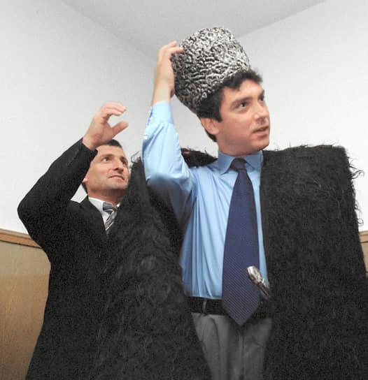 Борис Немцов любил красиво и дорого одеваться. Будучи нижегородским губернатором, он покупал одежду для официальных приемов в самом дорогом магазине города «Евромода». Облик обычно дополняли наручные часы от Givenchy. Известно, что первое хорошее пальто Немцову сшил модельер Валентин Юдашкин по протекции Александра Руцкого (после того как Руцкой обозвал Немцова «оборванцем»)