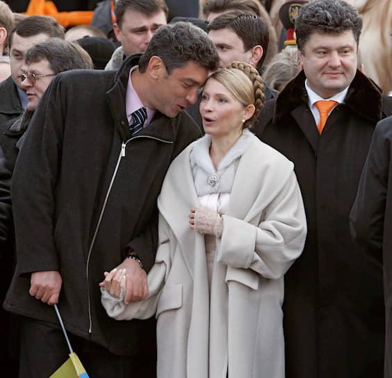 В 2004 году Борис Немцов поддерживал «оранжевую революцию» на Майдане, а на инаугурации Виктора Ющенко в президенты стоял плечом к плечу с Юлией Тимошенко (на фото)