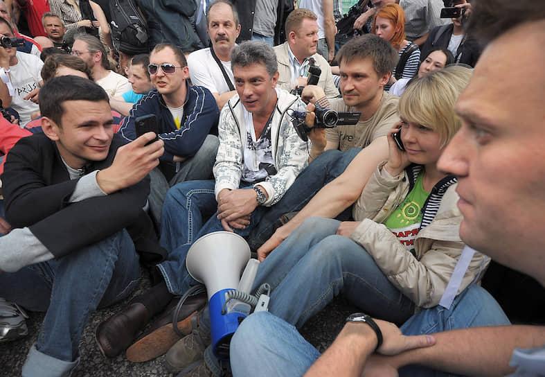 Летом 2014 года Борис Немцов выступил в качестве свидетеля по уголовному делу о массовых беспорядках на митинге на Болотной площади 6 мая 2012 года (на фото).  На суде он заявил, что в столкновениях между участниками митинга и полицейскими были виноваты последние: правоохранители без предупреждения сузили проход для участников митинга с Малого Каменного моста, спровоцировав давку