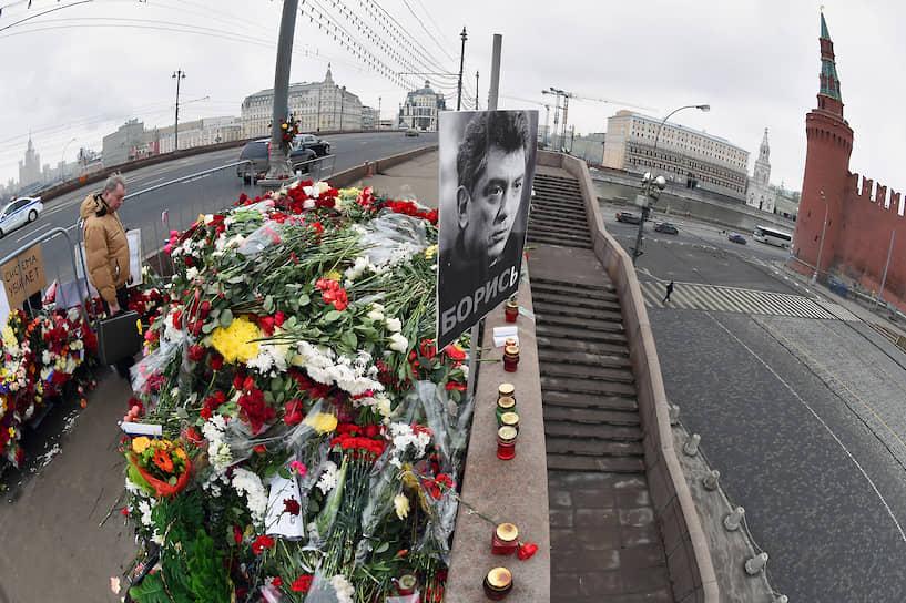 Исполнителями преступления, по версии следствия, оказались пять уроженцев Чечни. Заказчиком убийства считается бывший офицер батальона «Север» внутренних войск МВД Руслан Мухудинов, который заплатил исполнителям не менее 15 млн руб.