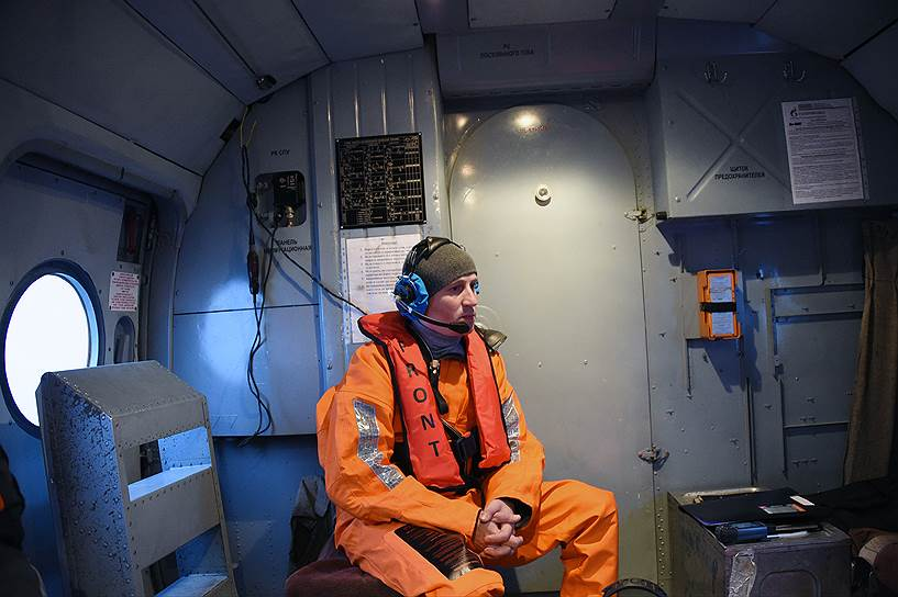 Член экипажа вертолета, сопровождающий пассажиров во время перелета из поселка Варандей на «Приразломную» и обратно