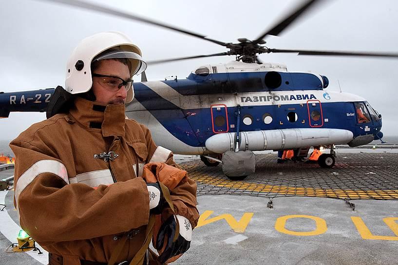 Среди обязанностей стропальщика Максима Дубовиина — обеспечение безопасности взлета и посадки вертолета на МЛСП