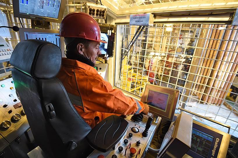 В сферу ответственности бурильщика 8-го разряда Александра Канакова входит контроль за бурением скважин, видеонаблюдение за состоянием оборудования и механизмом расстановки буровых труб