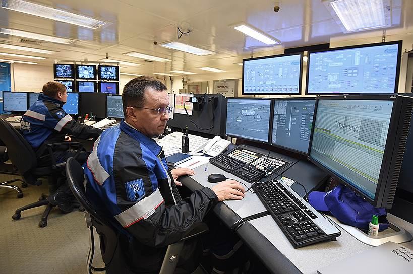 Игорь Десятов, инженер-технолог ЦПУ, в режиме реального времени отслеживает и корректирует технологические параметры процесса добычи, подготовки до товарного состояния и отгрузки нефти