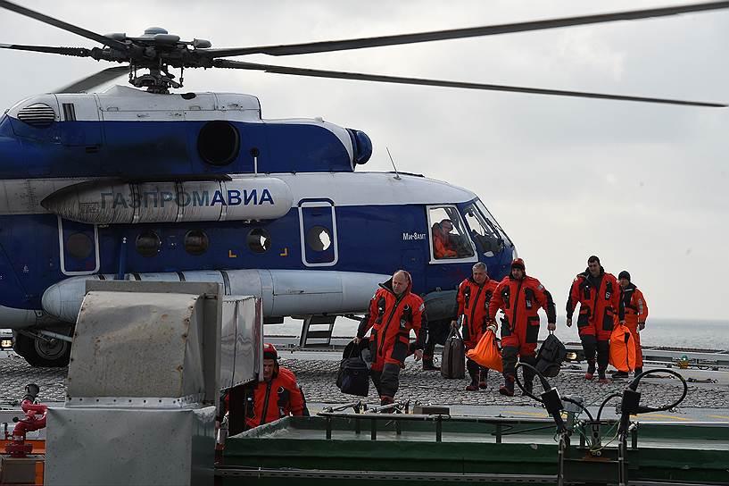 Приземление вертолета и смена рабочей вахты