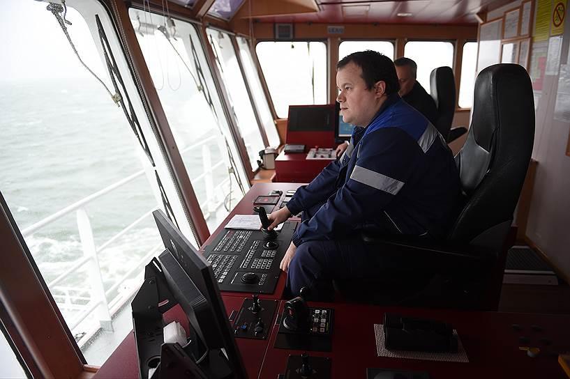 Капитанский мостик многофункционального ледокольного судна, обеспечивающего «Приразломную» продуктами и необходимым оборудованием