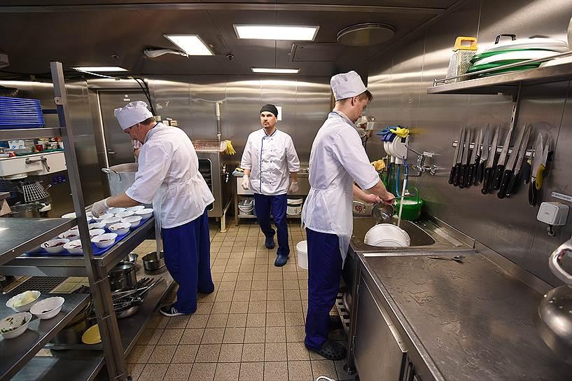Вахтовый персонал «Приразломной» обслуживают 12 поваров