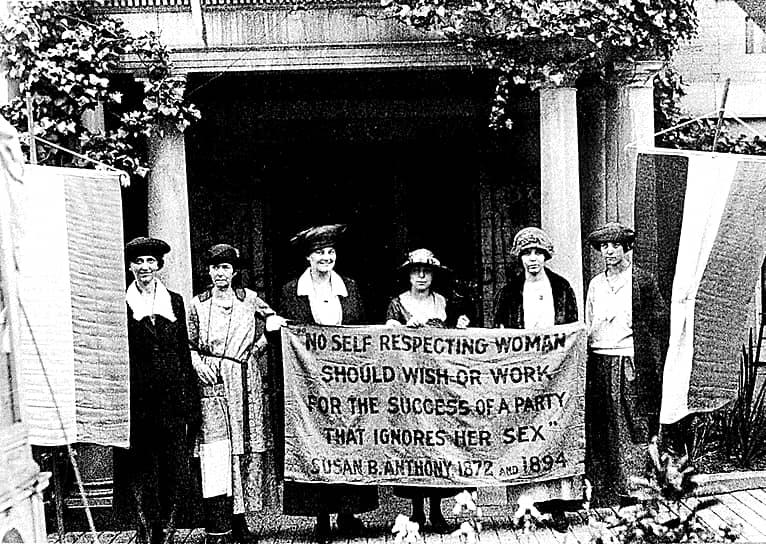 Социальное крыло не поддержало ERA, поскольку стояло за недавно введенные в ряде штатов (и поддержанные Верховным судом) законодательные протекционистские меры в отношении работающих женщин. По мнению «социалок», интересам большинства американских женщин отвечало как раз сочетание гражданского равенства в области избирательных прав с государственной защитой женщины-работницы и матери. Однако радикальные дамы настаивали на том, что введение ERA принципиально изменит статус женщин в обществе и необходимость в льготах отпадет сама собой