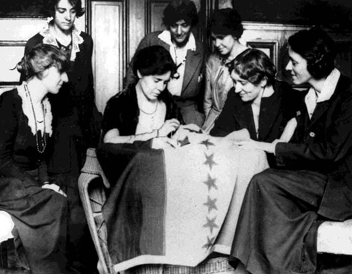 В 1919 году при поддержке президента Вильсона конгресс принял 19-ю поправку, давшую 26 миллионам американок право голоса. При ратификации в штатах судьбу ее решили голоса всего двух членов сената штата Теннесси (в конституции записано, что поправки должны быть ратифицированы тремя четвертями штатов, и Теннесси оказался искомым 36-м из тогдашних 48). Как подсчитала одна из видных суфражисток, победа далась дорогой ценой: 57 лет борьбы, 56 референдумов и сборов подписей, 480 обращений в сенаты штатов и 277 — к руководству обеих ведущих партий, а также проталкивание поправки в повестку конгресса всех 19 созывов