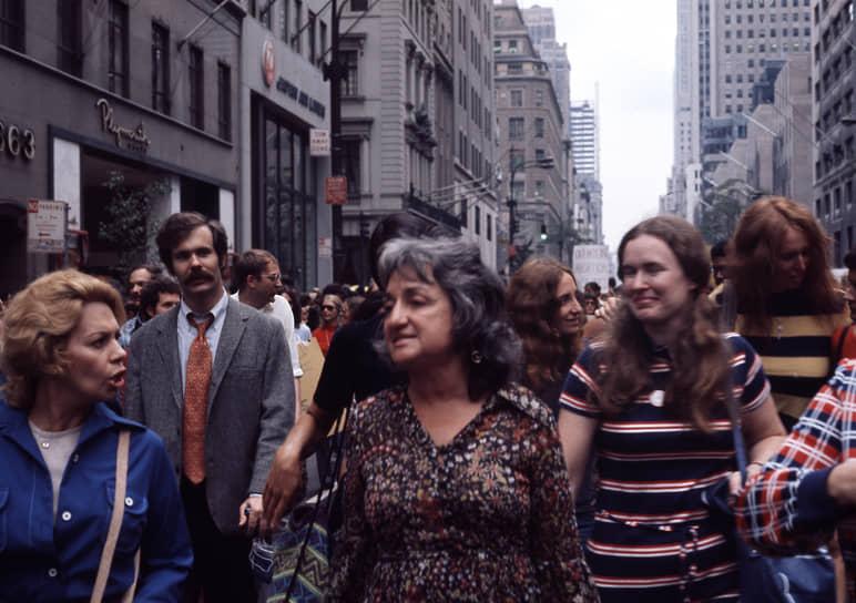 В 1963 году в США вышла книга Бетти Фридан «Тайна женственности». Автор отвергала устоявшееся мнение, что женщина может реализовать себя только в роли жены и матери, и обвиняла женские журналы, рекламу и массовую культуру в навязывании стереотипов. «The New York Times» назвала «Тайну женственности» одной из наиболее влиятельных публицистических книг XX века