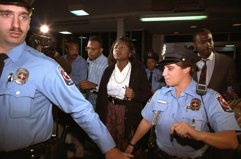 В 1991 году адвокат Анита Хилл (в центре) обвинила в сексуальных домогательствах кандидата на должность верховного судьи США Кларенса Томаса, но тот был оправдан. В ответ в 1992 году журнал Miss опубликовал статью 22-летней журналистки Ребекки Уокер «Становясь третьей волной», где автор сформулировала концепцию нового витка борьбы за женские права. Ее целями стали борьба против насилия, защита репродуктивных прав, свобода сексуальности и самоидентификации, а также устранение препятствий для продвижения женщин по карьерной лестнице и дискриминации оплаты труда