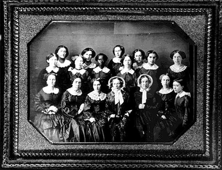 В 1833 году колледж Оберлин первым из американских высших учебных заведений раскрыл двери перед абитуриентами в юбках, и спустя восемь лет там же получили ученые степени первые три американки, две из которых активно участвовали в движении суфражисток. Спустя шесть лет штат Миссисипи первым принял закон о праве замужней женщины на собственность. А в 1866-м две знаменитые «бабушки американской революции» Элизабет Кэйди Стэнтон и Сьюзен Энтони создали Американскую ассоциацию за равные права<br>на фото: один из первых женских выпусков колледжа Оберлин