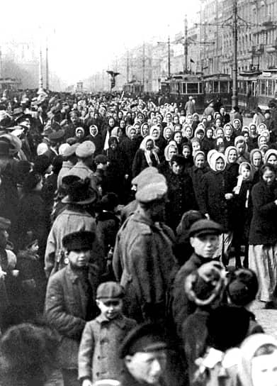 19 марта 1917 года в Петрограде под лозунгами «Свободная женщина в свободной России!», «Без участия женщин избирательное право не всеобщее!», «Место женщины в Учредительном собрании!» прошла 40-тысячная демонстрация женщин. Через месяц Временное правительство приняло постановление «О производстве выборов гласных городских дум, об участковых городских управлениях», согласно которому избирательными правами наделялись все граждане, достигшие 20 лет, без различия пола, национальности и вероисповедания