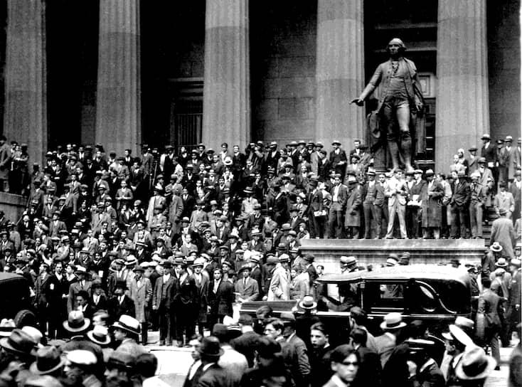 24 октября 1929 года на Нью-Йоркской бирже произошло обвальное падение акций. Этот день вошел в историю как «черный четверг» и дал начало Великой депрессии, поглотившей США, Канаду, Великобританию, Германию и Францию <br>Люди на ступенях здания казначейства США в «черный четверг»