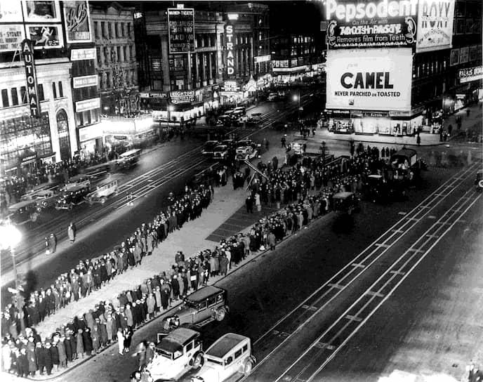 В 1932 году в Детройте прошло шествие голодающих рабочих. Правоохранительные органы жестоко подавили марш: пять человек были убиты, десятки ранены, многие были подвергнуты репрессиям. В крупных городах была организована выдача еды <br>На фото: очередь в Нью-Йорке за сэндвичами и кофе