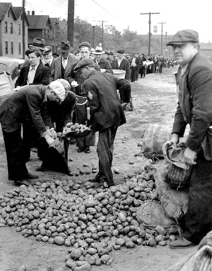 В основном под сокращение попало чернокожее население США. К остальным работодатели были куда благосклоннее, но к 1931 году увольняли всех, не зависимо от расовой и национальной принадлежности <br>На фото: людям раздают картофель